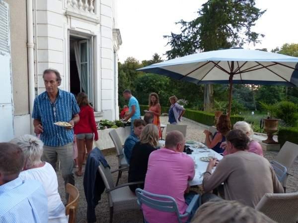 Chateau de prety garden party gasten