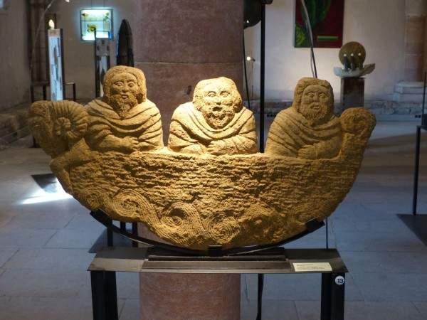 Tournus-13-10-2003-sculpture-masson