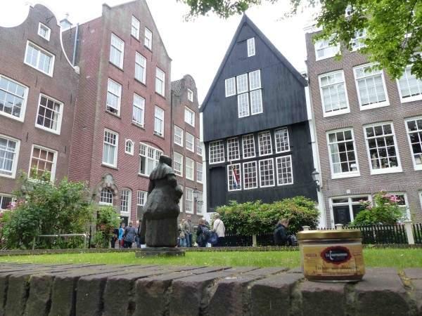 Devant une des maisons les plus vieilles de la ville, plein centre, Begijnhof 34, 1528