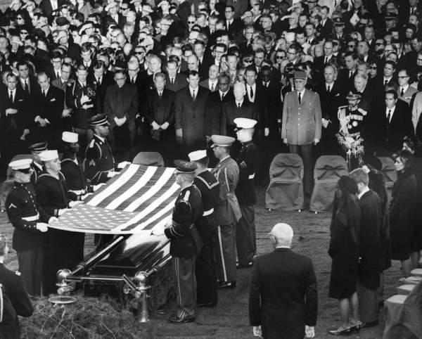 25 novembre 1963 : on s'apprête à plier le drapeau sur le cercueil de JFK. Photo (domaine public) Kennedy Presidential Library and Museum, Boston.
