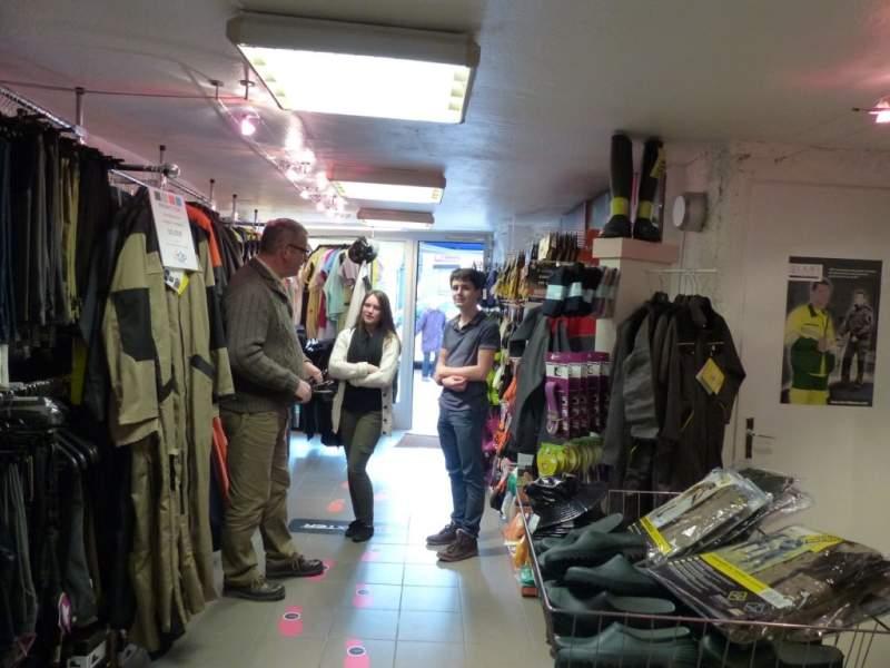 vendeur vêtements de travail avec clients