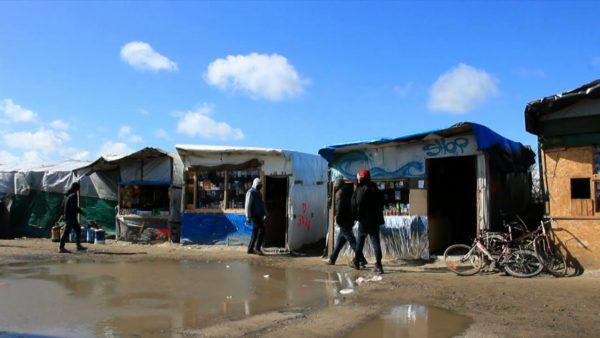 Calais : place du marché, apparemment. Notez le niveau de confort et d'assistanat scandaleusement financés par vos impôts. (Auteur inconnu.)